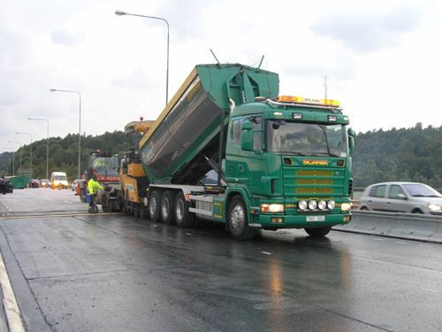 Bild 11:1 Bakåttömmande asfaltbil med isolerat rundbottnat flak