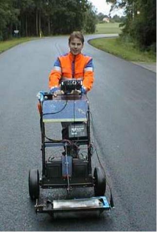 Bild 13:4 Apparatur för rullande densitetsmätning, Density on the road (DOR)