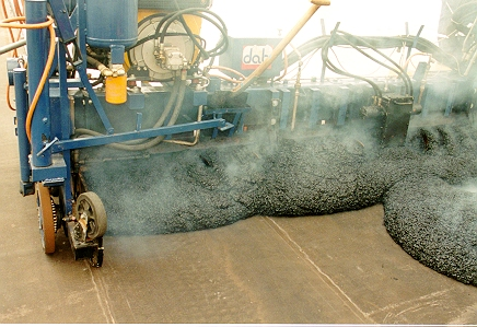 Gjutasfalt som läggs ovanpå en kraftigt armerad bitumenmatta